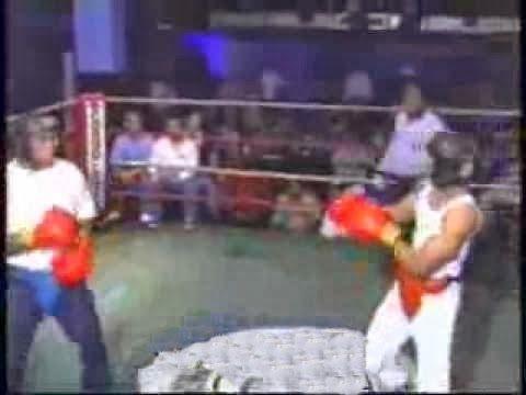 Lutador desafia a plateia e leva um pau