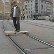 Pra que gastar dinheiro com carro se você pode andar em cima de um palete de madeira