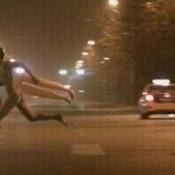Homem nu e boneca inflável fogem de mulher pelada na China
