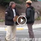Esse morador de rua recebeu 100 dólares, veja o que ele fez com o dinheiro