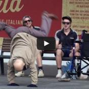 Vovô surpreende a todos dançando break