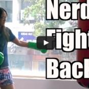 Campeã mundial de Muay Thai se finge de nerd e humilha alunos de uma academia