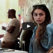 Mulher mutante assusta clientes em uma cafeteria
