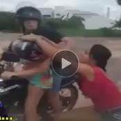 Pegou a amante no flagra na moto com o marido
