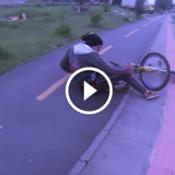 Veja a sacanagem que esse motoqueiro fídequenga fez com o ciclista