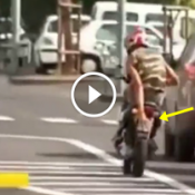 Dando fulga na moto tampando a placa com a mão