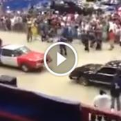 Briga estranha entre carros pula pula...