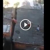 Três crianças sem noção e uma pipanum telhado zuado