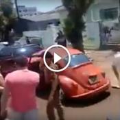 Fusca arrasta polo engatado bate em cinco carros e causa o caus generalizada na cidade