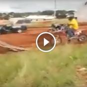 Quando o patrão deixa a moto no sítio i os fi do caseiro pega...
