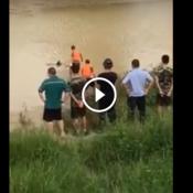 Bombeiros tentam retirar corpo boiando de lago, mas são surpreendidos!