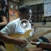Aquele momento que você está destruindo na guitarra e sua família está pouco se f#d&ndo