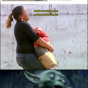 mulheres carregam saco de cimento