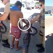Policiais fazendo o bem novamente. Ajudando traficante a comprar pão