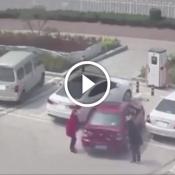 A incrível batalha de duas mulheres tentando estacionar um carro