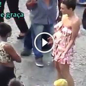 Essa artista tentou fazer uma performance vestida de notas de 10 no Rio de Janeiro. Imagina no que deu!