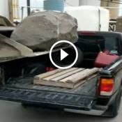 Não foi uma boa ideia ter colocado uma rocha na traseira da Ranger