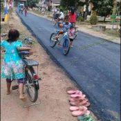 Crianças de região humilde brincando pela primeira vez no asfalto