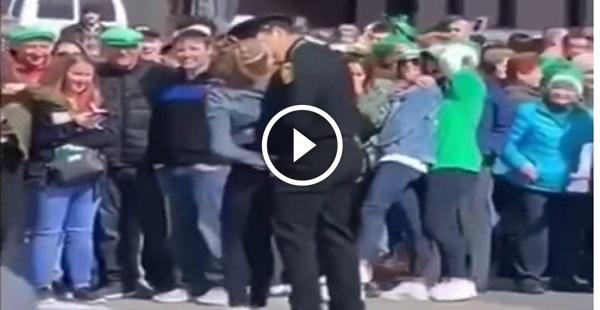 O policial que perdeu a cabeça com a manifestante boazuda