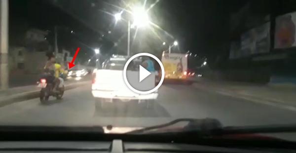 Mulher persegue e intercepta caminhonete do marido carregado de pooot@s