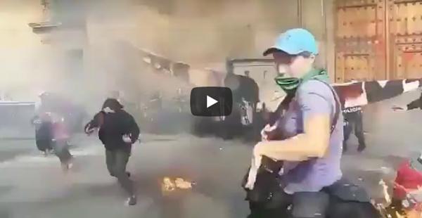 Feminista foi jogar coquetel molotov nos policiais, e acertou as manas