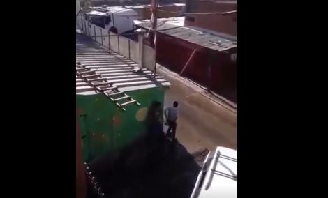 Estão usando caminhões com jato de água, para manter as pessoas fora das ruas